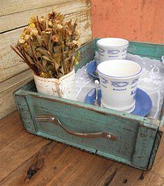 Caixa de Frutas - Bandeja com alças de Talheres. Caixote de feira em pátina estonada envelhecida e estampa artesanal exclusiva Oficina Singular.