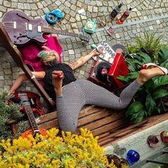 """Der Fotograf Sandro Giordano kommt hier mit einer ziemlich dunkel humoristischen Fotoserie namens """"In Extremis (Bodies with no regret)"""" um die Ecke. In seiner Reihe inszeniert der Künstler sorgfältig und sehr gestylt, Menschen die sich soeben nach allen Regeln der Kunst und auf extrem unangenehme Weise lang gelegt haben. Alle Modelle umklammern dabei mit ihren Händen Gegenstände des alltäglichen Lebens,... Weiterlesen"""