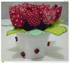 Vaso de aluminio decorado com joaninhas de tecido, contendo 16 tulipas de tecido. A cor do vaso e a decoração pode variar. Temos uma grande variedade de cores para as flores. Ótima opção para lembranças de aniversários e batizados. R$ 34,50 LOJA FLOR DE JUANA
