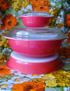 Flamingo Pink Pyrex - I found the little one today for Sadly, pretty beat up and no lid. Hoping I can make it shine! Vintage Dishware, Vintage Dishes, Vintage Kitchen, Vintage Decor, 1950s Decor, Vintage Tins, Vintage Pyrex, Pyrex Display, Pink Pyrex