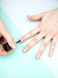 4. Um abgesplitterte Spitzen zu verhindern, nur auf die erste Nagelhälfte eine Schicht Klarlack lackieren. Dann nochmal über den ganzen Nagel pinseln. Generell gilt: lieber drei dünne Schichten als eine dicke aufpinseln. Dann trocknet der Lack schneller.