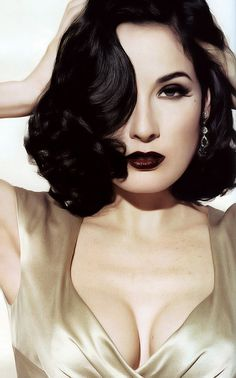 Beauty is. classic pin-up Dita von Teese. ( I don't really like her, but she does vamp very well). Vintage Beauty, Pin Up Vintage, Vintage Makeup, Vintage Hairstyles, Wedding Hairstyles, Moda Pin Up, Dita Von Teese Style, Dita Von Teese Makeup, Dita Von Teese Wedding