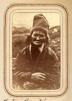 Porträtt av Nils Granströms hustru, namn okänt. Tuorpons sameby, Jokkmokks sn. Ur Lotten von Dübens fotoalbum med motiv från den etnologiska expedition till Lappland som leddes av hennes make Gustaf von Düben 1868.