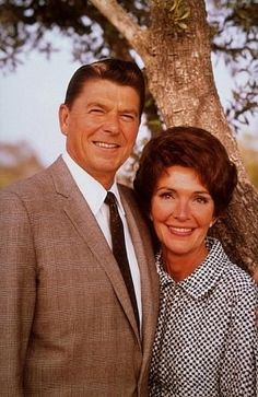 Former actors, Ronald Reagan and Nancy Davis. Reagan shown here with her husband from the (Photographer unknown). 40th President, President Ronald Reagan, Nancy Reagan, Greatest Presidents, American Presidents, Presidential History, Presidential Portraits, Historia Universal, Actrices Hollywood