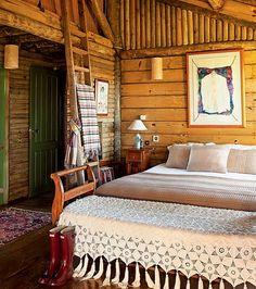 A cabana de madeira é um refúgio da cidade grande, erguido pelo arquiteto uruguaio Ernesto Tuneu e sua esposa Mariah. Totalmente rústico, o quarto tem recamier coberto por colcha de família e escada, que virou suporte para as mantas