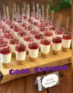 Mini Foods for Weddings: A Mini Guide to Serving Miniature Food - dessert recipes Dessert Party, Diy Dessert, Buffet Party, Mini Dessert Cups, Snacks Für Party, Dessert Table, Brunch Party, Dessert Ideas, Wedding Appetizers