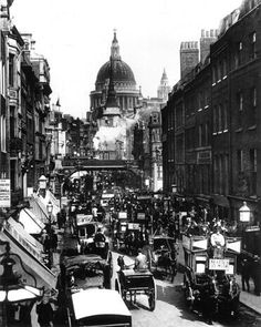 Victorian London was the world's biggest city. This is Fleet Street in Horses had not yet been replaced by cars. BBC - Primary History - Victorian Britain - An introduction Victorian Street, Victorian Life, Victorian London, Vintage London, London 1800, 19th Century London, 19th Century England, Victorian Buildings, Victorian Photos