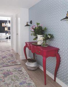 La estética de los años 50, combinada con muebles actuales, es la esencia de este piso de Madrid, en el que se han unificado espacios para ganar amplitud.