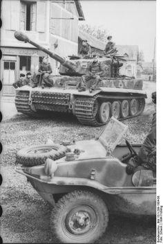 Sd.Kfz. 181 Panzerkampfwagen VI Tiger Ausf. E Nr. 133 | Tiger de milieu de production du 1. SS-Pz.-Korps « Leibstandarte SS Adolf Hitler » quelque part dans le Nord de la France. Au premier plan une Volkswagen Typ 166 Schwimmwagen.  Courtesy of Bundesarchiv www.bundesarchiv.de