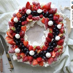 Med disse triksene lager du den vakreste pavlova til mai Pavlova, Meringue, All You Need Is Love, Ornament Wreath, Christmas Wreaths, Deserts, Goodies, Food And Drink, Cooking Recipes