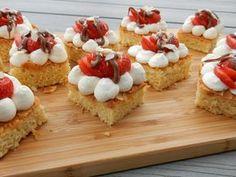 Amandelcakejes met aardbeien en slagroom – Liefde voor bakken