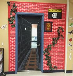 Ideas For Classroom Door Decorations Harry Potter Hogwarts Harry Potter Fiesta, Theme Harry Potter, Harry Potter Room, Harry Potter Display, Christmas Door Decorations, School Decorations, Christmas Door Decorating Contest, Classroom Window Decorations, Train Decorations