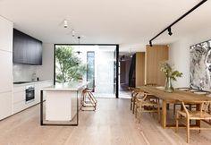 Luminosa e ariosa, la zona giorno di Fairbairn House è stata disegnata su misura dallo studio Inglis. Accanto alla tavola da pranzo è appesa una grande tela di un artista australiano contemporaneo