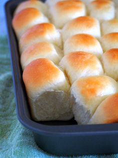 Hawaiian Rolls: Enjoy Hawaiian rolls fresh and warm from the oven.These buns have a kick of sweetness from pineapple juice, brushed with butter and baked to perfection. Yeast Rolls, Bread Rolls, Hawaiian Sweet Rolls, Hawaiian Buns, Hawaiian Recipes, Filipino Recipes, Croissants, Scones, Homemade Rolls