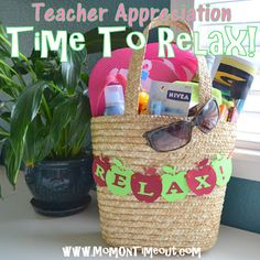 Mom On Timeout: Teacher Appreciation Gift Idea - Time To Relax! Creative Gift Wrapping, Creative Gifts, Cool Gifts, Creative Ideas, Craft Gifts, Diy Gifts, Cute Teacher Gifts, Teacher Stuff, Teacher Tote