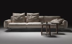 Antonio Citterio, the art director of Flexform, presented the new 'Soft Dream' sofa collection at last year's Salone del Mobile, which is designed with slender proportions and distinctive details.