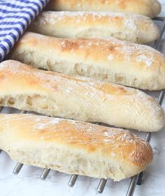 Enkla brytlimpor - Lindas Bakskola & Matskola Fika, Hot Dog Buns, Bread Recipes, Recipies, Goodies, Food And Drink, Baking, Breakfast, Recipe