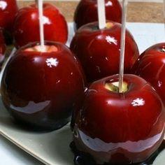 La ricetta delle mele caramellate è una dritta perfetta anche dopo Halloween, quando le mele caramellate vedono il loro boom, ed è una merenda dessert golo