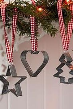 Easy farmhouse Christmas tree ornaments - vintage cookie cutters with a red and white ribbon. Country Christmas Decorations, Diy Christmas Ornaments, Xmas Decorations, Christmas Projects, Christmas Wreaths, Christmas Crafts, Kitchen Ornaments, Decorating Ornaments, Primitive Christmas Decorating