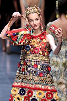 The complete Dolce & Gabbana Spring 2016 Ready-to-Wear fashion show now on Vogue Runway. Couture Mode, Style Couture, Couture Fashion, Dolce & Gabbana, High Fashion, Fashion Show, Fashion Trends, Milan Fashion, Fashion Bags