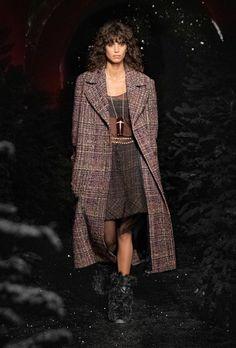 Chanel | Ready-to-Wear Autumn 2021 | Look 3 Foto Fashion, Runway Fashion, Fashion News, Fashion Trends, Chanel Fashion, Fashion Week Paris, Stella Tennant, Vogue, Winter Mode