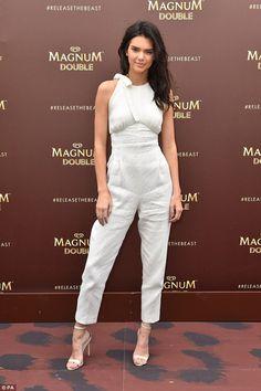 Kendall and Kris Jenner are mobbed by fans in Cannes Kendall E Kylie Jenner, Kardashian Jenner, Kendall Jenner White Dress, Kardashian Kollection, Magnum Double, Le Style Du Jenner, Estilo Jenner, Jenner Girls, Gown Pattern