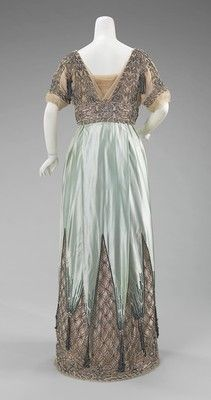 1910 ___ Evening Dress by Jean-Philippe Worth (House of Worth) ___ silk & metal ___ French ___ at The Metropolitan Museum of Art - Looks like something Lady Sybil would wear! Edwardian Clothing, Edwardian Dress, Antique Clothing, Historical Clothing, Edwardian Era, Vintage Outfits, Vintage Gowns, Vintage Mode, 1900s Fashion