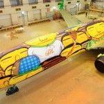 El dúo de artistas urbanos brasileños Os Gêmeos, intervinieron el avión oficial de la selección de futbol de su país.