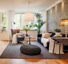 tapis gris meubles modernes, sol en parquet clair, grande fenêtre
