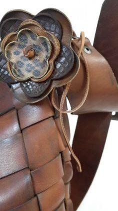 Deri çiçek (arkası bağlama ipli - bilek, kol, saç, boyun, kemer, çanta veya herhangi bir eşya üzerinde dekoratif kullanım)