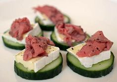Cucumber Brie and Roast Beef Finger Food Appetizers, Yummy Appetizers, Appetizer Recipes, Snack Recipes, Cooking Recipes, Snacks Für Party, Easy Snacks, Healthy Snacks, Appetisers