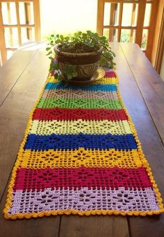 Crochet is one of the most versatile crafts to decorate the home. You can use it to make rugs, tablecloths or simply a crochet centerpiece to match the Crochet Table Runner, Crochet Tablecloth, Crochet Doilies, Crochet Flowers, Crochet Home, Crochet Crafts, Crochet Projects, Filet Crochet, Crochet Stitches