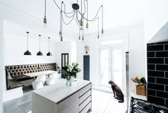 Kitchen Built In Bench Seating White House Interior, Black And White Interior, White Interior Design, Interior Styling, Kitchen Mantle, Kitchen Benches, Kitchen Corner, Corner Seating, Built In Seating