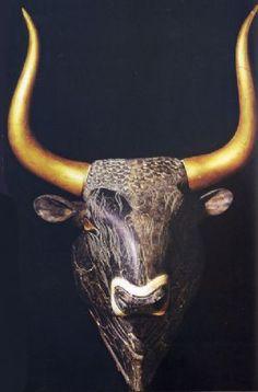 Rhyton a testa di toro; XVII-XV secolo a.C.; basalto egiziano e legno dorato (corna); sito archeologico di Cnosso; Museo Archeologico di Heraklion.