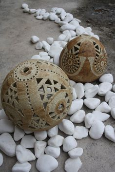 ......zůstaly nám kraslice.............pomooooc z velikonočních ostrovů či od aztéků?? nějak nám tu dvě krasličky přebily,,zaručeně trvanlivé, mrazuvzdorné, vydrží vám na mnoho velikonoc..oba jsou prodané, udělala bych kopie pro vás..... ..kamínek doplní Vaši sbírku kamenů na skalce, rozveselí trávník nebo večer ozáří posezení na terase či v bytě...šamotová ...