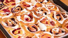 Snurrer med vaniljekrem og bær Bread Recipes, Cake Recipes, Dessert Recipes, No Bake Desserts, Just Desserts, Scandinavian Food, Yeast Rolls, Dessert Drinks, Frisk