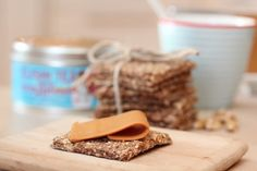Cripsbread with walnuts and Norwegian brown cheese. Crisp Bread, Healthy Snacks, Healthy Eating, Norwegian Food, Iftar, Homemade Gifts, Cooking Recipes, Sweets, Baking
