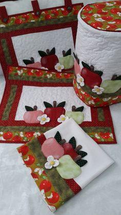 kit para fogão 5 ou 6 aplique maça 3D, confeccionado com tecido 100% algodão, estruturado com manta r2 e quiltada. Kit contém 4 peças.. Panô para frente do fogão 56x50. Cobre fogão 70x52 altura.Capa para galão de água de 20lts. Pano de prato 50x70 Applique Towels, Crochet Waffle Stitch, Quilted Potholders, Diy Crafts For Adults, Autumn Crafts, Quilted Table Runners, Small Quilts, Mug Rugs, Clothes Crafts