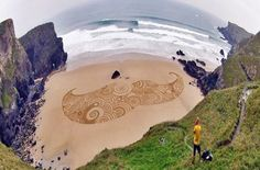 Environmental Artist Tony Plant Transforms the Beaches of England into Swirling Canvases sand land art England Aliens, Art Plage, Sand Drawing, Art Environnemental, England Beaches, Graffiti, Labyrinth, Sand Painting, Environmental Art
