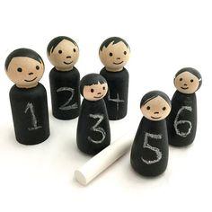 Dieses Set von Blackboard Peg Puppen hat unendlich viele Möglichkeiten! Verwenden sie Nachrichten hinterlassen, auf Briefe oder einfache mathematische arbeiten, oder einfach nur Spaß haben, zeichnen Sie! Kreide Tücher aus leicht mit einem Tuch--ein kleines Tuch und ein Starter Stück Marken-staubfreie Kreide sind im Preis inbegriffen.  Straight-bodied Pflöcke sind 2 3/8 hoch und verjüngt Körper Wirbel sind 2 hoch. Jeder Stift Puppe Körper ist mit ungiftigen Tafelfarbe, gemalt, während ihr...