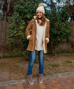 Tras la pista de Paula Echevarría » EL GRAJO VA ANDANDO… Natural knit sweater+ripped jeans+camel embellished Mou boots+camel shearling coat+natural pompom knit beanie+taupe and camel with floral embroidery Gucci Dionysus chain shoulder bag. Winter Casual Outfit 2017