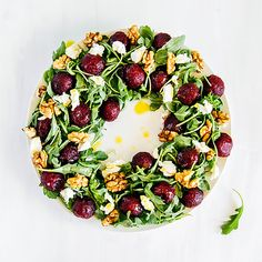 Christmas wreath salad - beet, goat cheese, rocket and walnut – i quit sugar Aussie Christmas, Summer Christmas, Vegan Christmas, Christmas Cooking, Christmas Lunch Ideas, Christmas Snacks, Australian Christmas Food, Christmas Wreaths, Christmas Salad Recipes
