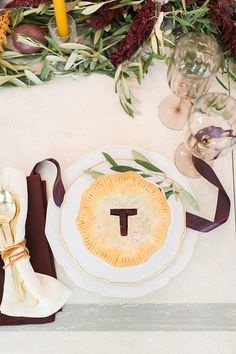 Thanksgiving is such a cozy time of year. A time to relax, be around close family and friends, and enjoy a feast of comfort food. This year, impress your loved ones with these gorgeous table decor tips from Style Me Pretty.