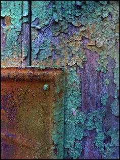Chipping paint in gorgeous purple and turquoise with iron rust France : les photos Vieille peinture