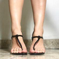 3d042e12fdd La imagen puede contener  una o varias personas y calzado Walking Barefoot