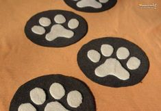 how-to: Coasters made of felt with animal tracks Animal Tracks, Mantel, Coasters, Felt, Kids Rugs, Animals, Character, Shape, Fabric Glue