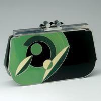 Ce petit sac en émail et armature en chrome est typiquement Art-déco avec ses formes géométriques et ses couleurs tranchées.--1930s bag with enamel and chrome frame is typically Art Deco with its geometric shapes and colors.