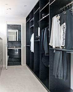 Black and white walk-in closet. Photo: Pauliina Salonen