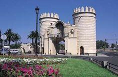 La Puerta de Palmas es el monumento más significativo de Badajoz. Se sitúa frente al puente de Palmas que cruza el Río Guadiana. Posee un arco conmemorativo con el escudo de los Austrias, Carlos V y Felipe II.