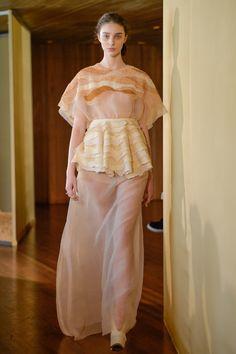 Bordado de Cíça Mora Abril/2016 Fashion Week - Verão 2017- São Paulo Estilista: Paula Raia Todo o bordado feito com preenchimentos de desenhos em nó francês
